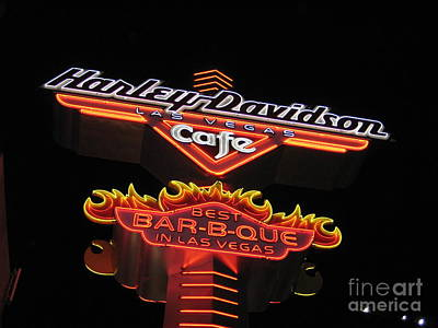 Que Photograph - Harley Davidson Cafe by Kathlene Pizzoferrato