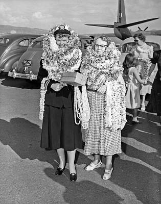 Lei Photograph - Hawaiian Tourists With Leis by Underwood Archives