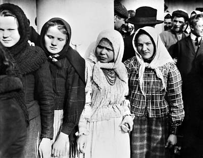 Babushka Photograph - Immigrants To America, 1917 by Granger