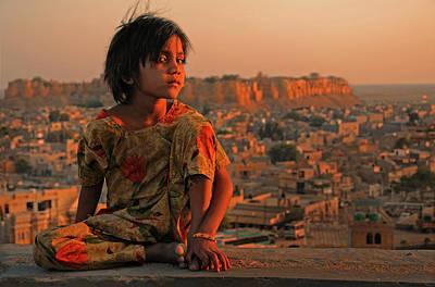 Child Photograph - Jaisalmer by Lou Urlings