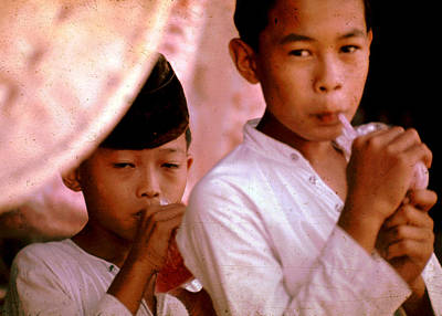 Photograph - Kids Sipping Beverage by John Warren