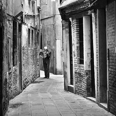 Fineart Photograph - Leitura No Beco Veneziano by Carlos Alkmin