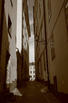 Light And Shadow In A Narrow Alley - Monochrome Art Print by Ulrich Kunst And Bettina Scheidulin