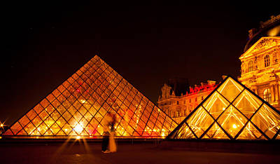 Photograph - Lovers And The Louvre by Anthony Doudt