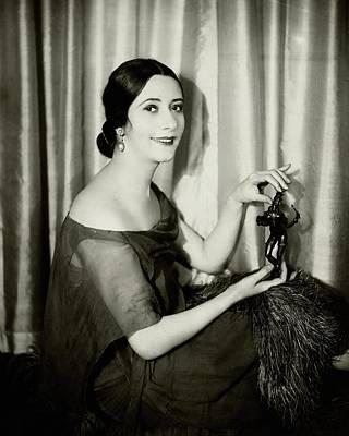 Chiffon Photograph - Lynn Fontanne Holding A Statue by Florence Vandamm