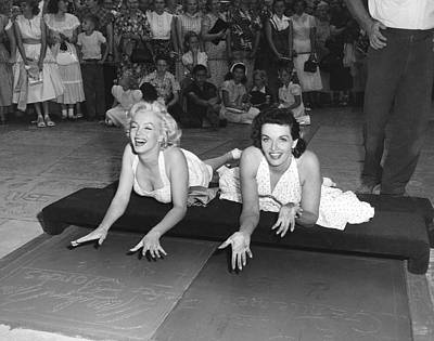 Celebrities Photograph - Marilyn Monroe And Jane Russell by Underwood Archives