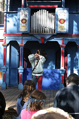 Rennfest Photograph - Maryland Renaissance Festival - A Fool Named O - 12124 by DC Photographer