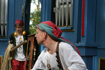 Rennfest Photograph - Maryland Renaissance Festival - A Fool Named O - 121247 by DC Photographer