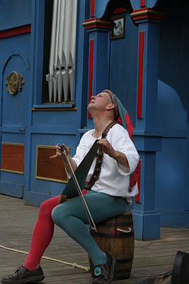 Renaissance Photograph - Maryland Renaissance Festival - A Fool Named O - 121255 by DC Photographer