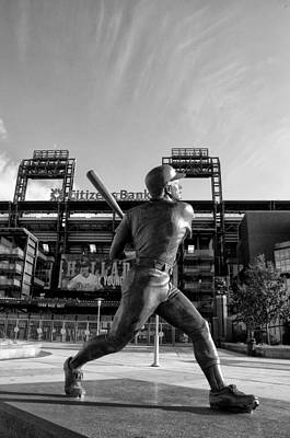 Stadium Photograph - Mike Schmidt Statue In Black And White by Bill Cannon