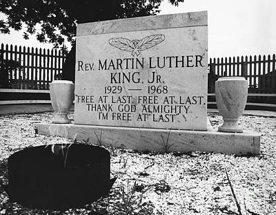 Photograph - Mlks Original Grave by Tom McHugh
