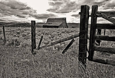 Abandoned Ranch Photograph - Montana Barn by Dale Stillman