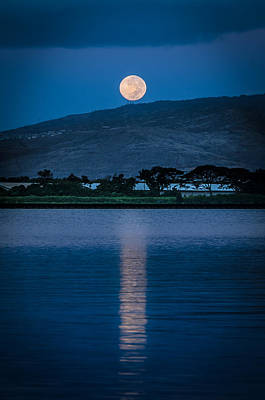 Photograph - Moon Set In Honolulu by Tin Lung Chao
