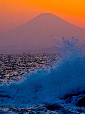 Photograph - Mt Fuji Splash by Larry Knipfing