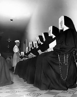 Nuns Donate Blood For Troops Art Print by Underwood Archives