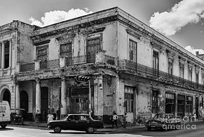 Photograph - On The Corner In Havana - V3 by Les Palenik