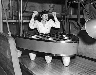 Bowling Alley Photograph - Pinsetter At A Bowling Alley by Underwood Archives