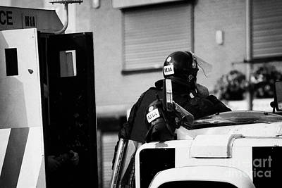 Psni Officer In Protective Riot Gear At Landrovers On Crumlin Road At Ardoyne Shops Belfast 12th Jul Art Print
