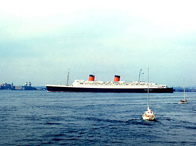 Photograph - Queen Elizabeth Liner by Robert  Rodvik