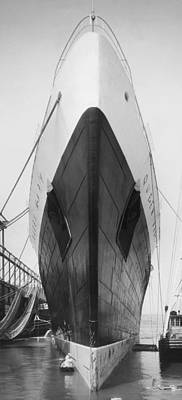 New York Harbor Photograph - Queen Mary Docked In Ny by Underwood Archives