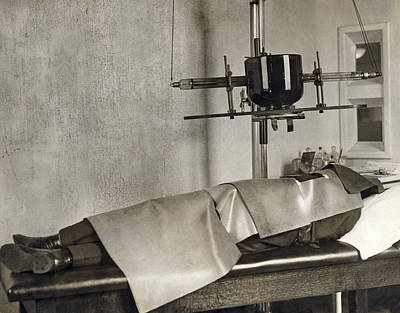 Healthcare And Medicine Photograph - Radiation Cancer Treatment by Underwood Archives