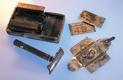 Rms Titanic Photograph - Shaving Set From The Titanic by Science Photo Library