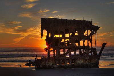 Peter Iredale Photograph - Shipwreck Sunburst by Mark Kiver