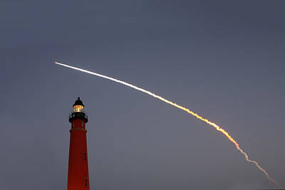 Animal Paintings David Stribbling - Shuttle Discovery liftoff over Ponce Inlet Lighthouse by Paul Rebmann