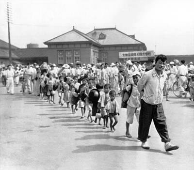 Korean War Photograph - South Korean Refugees by Underwood Archives
