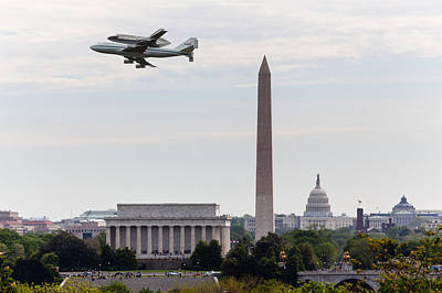 Space Shuttle Discovery Over Washington Dc Art Print by Steven Heap