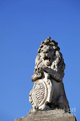 Statue Of A Lion On The Walls Of Buckingham Palace In London England Art Print