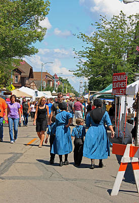 Amish Family Photograph - Summer Festival In Berne Indiana by Suzanne Gaff