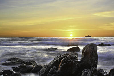 Photograph - Sunrise And Crashing Waves by Veli Bariskan
