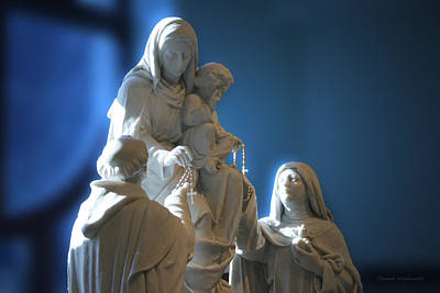 The Gift Of The Rosaries Statue Print by Thomas Woolworth