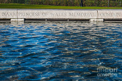 Photograph - The Memorial Fountain by Luis Alvarenga