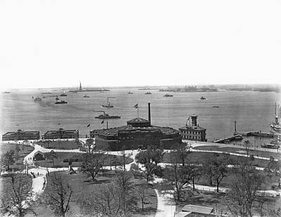 New York Harbor Photograph - The New York Aquarium by Underwood Archives