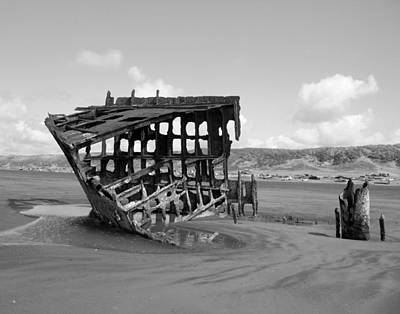 Peter Iredale Photograph - The Peter Iredale Shipwreck 2 Black And White by Michelle Torres