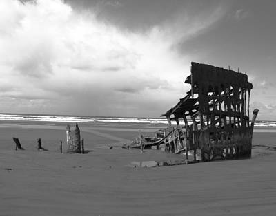 Peter Iredale Photograph - The Peter Iredale Shipwreck Black And White by Michelle Torres
