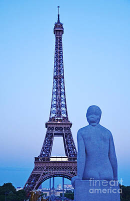 Tour Eiffel And Statue Art Print