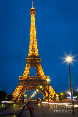 Tour Eiffel De Nuit Art Print by Inge Johnsson