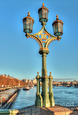 Photograph - Victoria And Albert Streetlamp by Deborah Smolinske