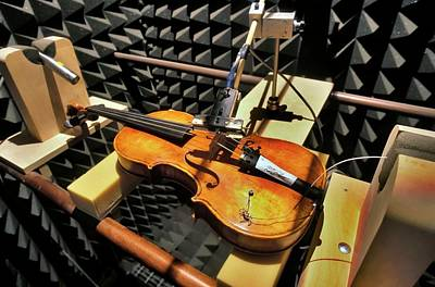 Stringed Instrument Photograph - Violin Tests In Anechoic Chamber by Patrick Landmann