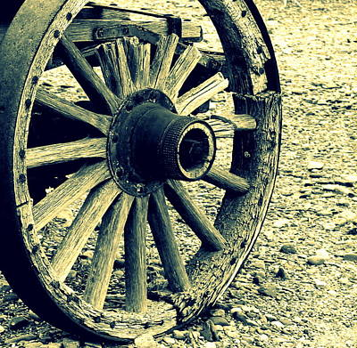 Photograph - Wagon Wheel by Rosemarie Hakim