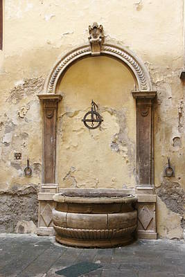 Photograph - Water Well In Tuscany by Bryan Davies