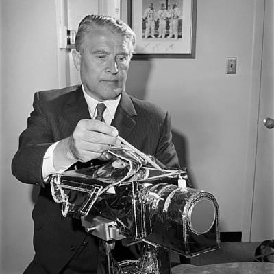 Wernher Von Braun Photograph - Wernher Von Braun, Aerospace Engineer by Science Photo Library