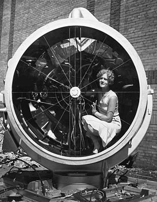 Lindbergh Photograph - Woman In Lindbergh Beacon by Underwood Archives