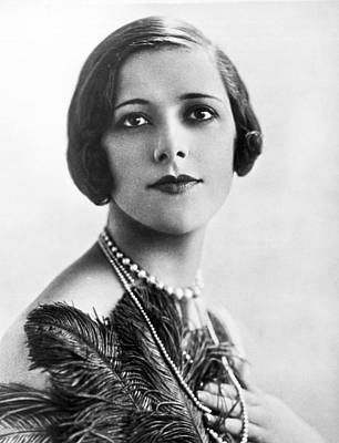 Necklace Photograph - Woman Noted For Pulchritude by Underwood Archives