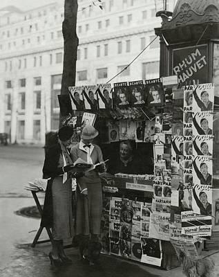 Photograph - Women At A Newsstand In Paris by George Hoyningen-Huene