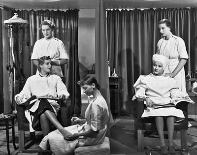 Parlor Photograph - Women In A Beauty Salon by Underwood Archives
