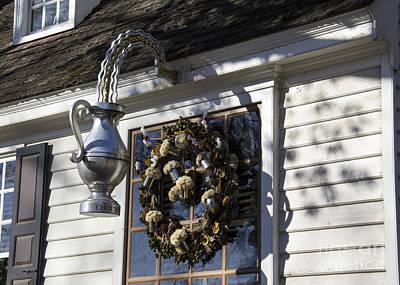 Tankard Photograph - Wreath At Chownings Tavern by Teresa Mucha